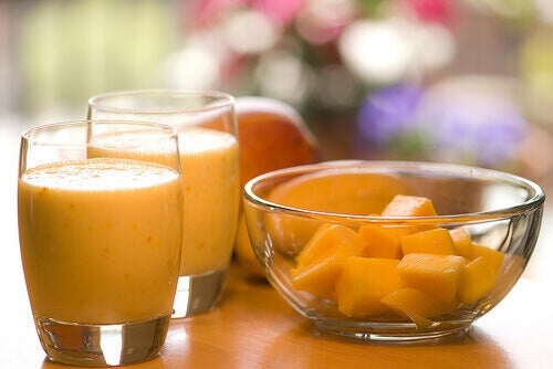 glas met oranje smoothie