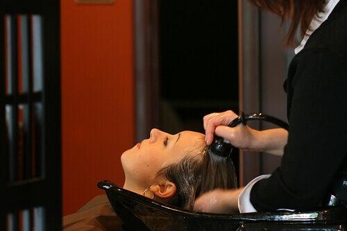 Kapper wast het haar met natuurlijke shampoo
