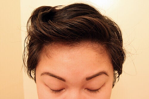 Meisje dat haar haar heeft gewassen met natuurlijke shampoo