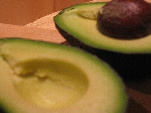 Hoe de avocadopit op te eten