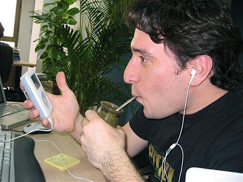 Man drinkt mate