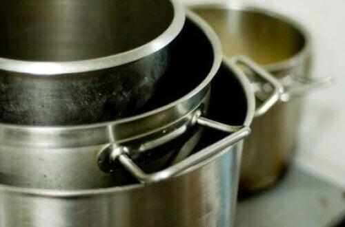 Een toepassing van olijfolie is om je pannen er mee schoon te maken