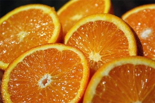 De grote hoeveelheid flavanoїden die sinaasappelsap bevat verminderen het aantal vrije radicalen in het lichaam en helpen het cholesterolgehalte te reguleren.
