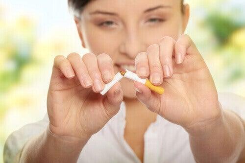 vrouw breekt een sigaret