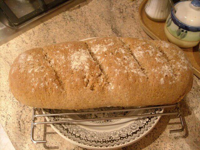 Volkorenbrood op een broodrek