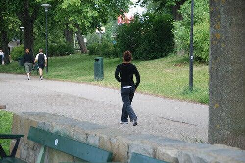 wandelende mensen