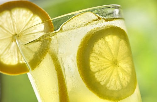 10 voordelen van het elke ochtend drinken van warm citroenwater