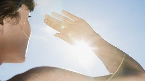 hand probeert zonlicht tegen te houden