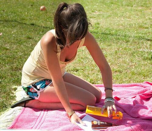 Je spieren trainen met lunges op een mat of handdoek