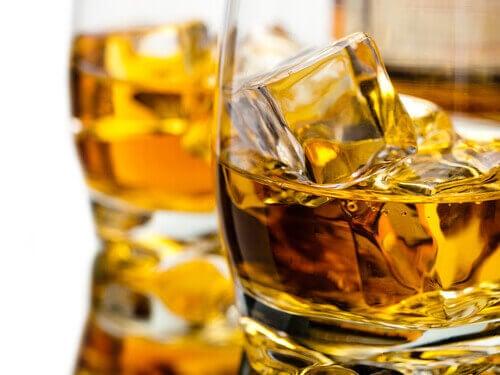 glas alcohol met ijs