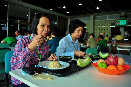 Vrouwen eten in een restaurant