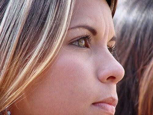 Oorzaken van een verslappende huid en hoe dit te bestrijden met verstevigende gezichtsmaskers