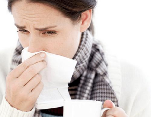 Verkouden vrouw vanwege verzwakt immuunsysteem