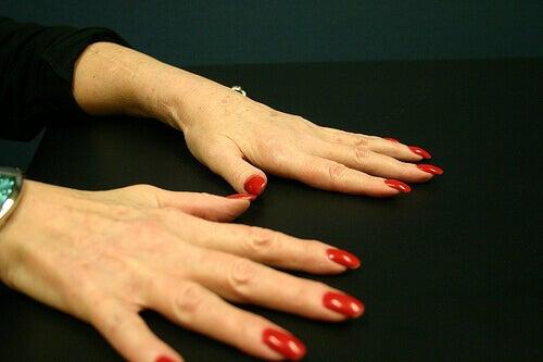 Handen met gelakte nagels