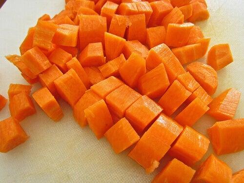 In blokjes gesneden wortels
