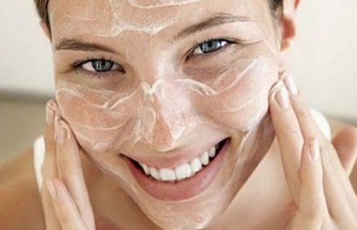 Vrouw met peeling op gezicht
