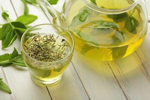 glas met groene thee