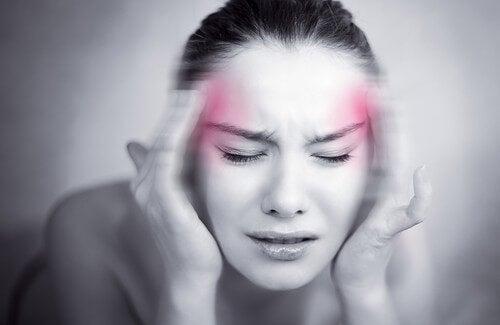 Vrouw masseert zijkanten van haar hoofd