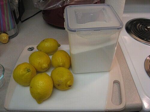 Suiker en citroen om het huis schoon te maken
