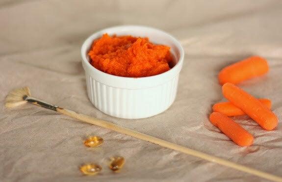 Zelfgemaakte verstevigende gezichtsmaskersmet wortelen