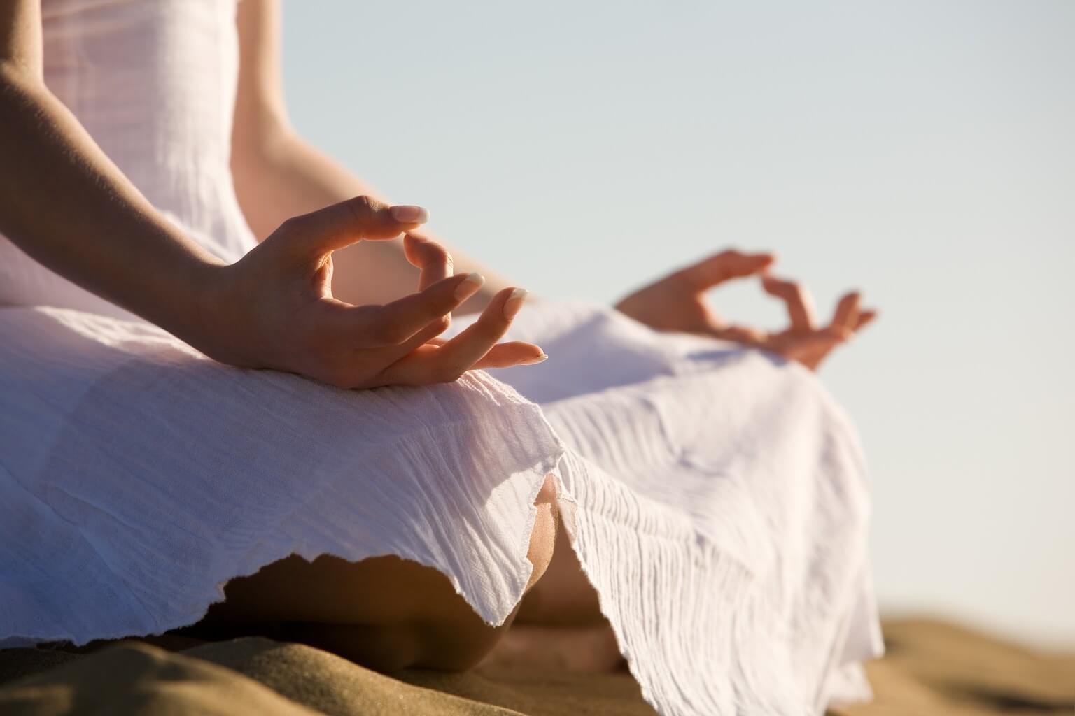 Yoga om je vetrollen te verminderen