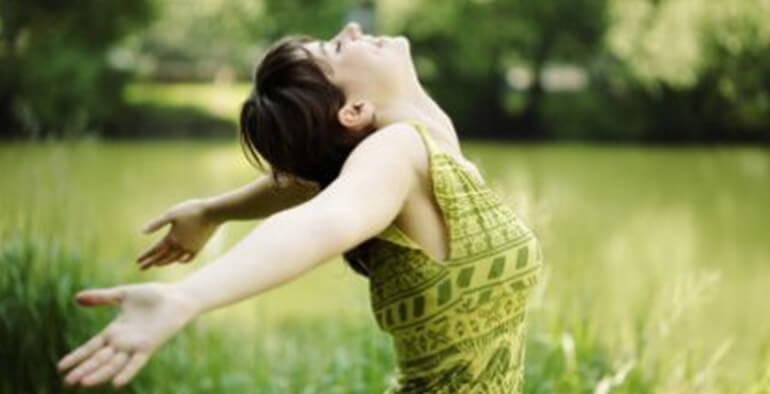 Blije vrouw in het gras