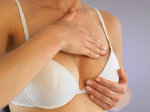 Vrouw doet borstonderzoek bij zichzelf