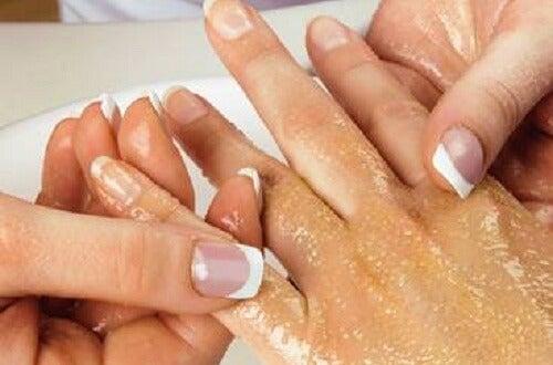 Eenvoudige tips om je handen en armen te scrubben