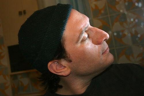 Man met Open Poriën