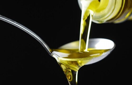 Olijfolie op een lepel