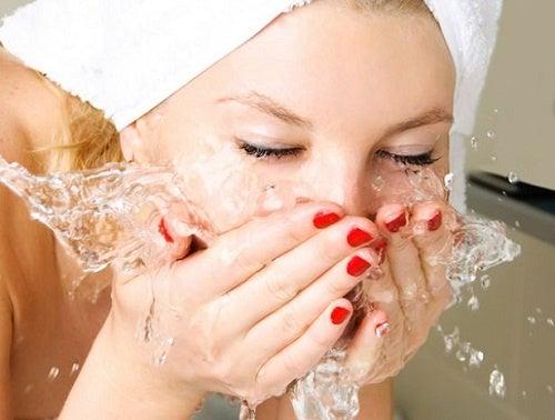 De juiste manier om je gezicht te wassen voordat je naar bed gaat