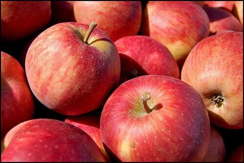 Appels behoren tot de fruitsoorten die je kunnen helpen met afvallen