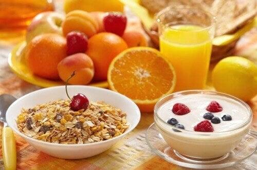 Gezond ontbijt met fruit en yoghurt