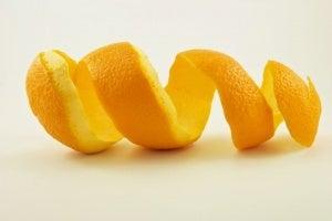Sinaasappelschil voor witte tanden
