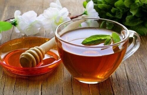 Zuiverende infusie van honing, azijn en thee