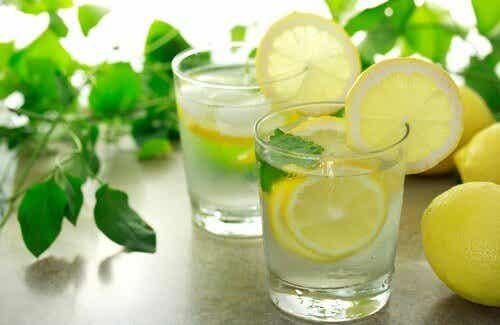 Is het goed om 's ochtends warm citroenwater te drinken?