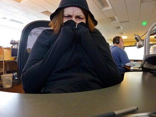 Vrouw gewikkeld in kapuchontrui