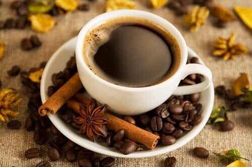 Voordelen van koffie drinken tijdens het ontbijt