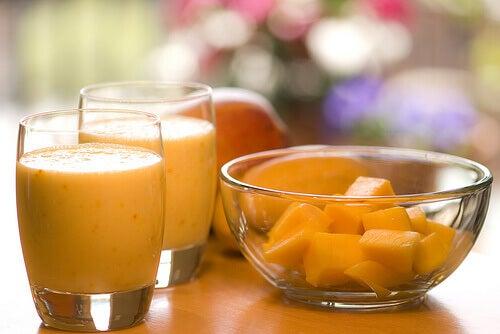 Mangosap en stukje fruit