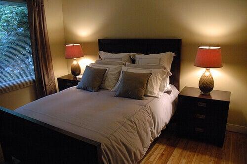 slaapkamer met opgemaakt bed