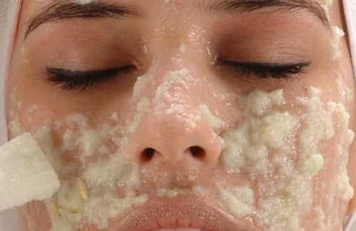 Huisgemaakte crèmes om donkere vlekken te verwijderen