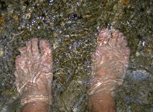 Voeten in koud water