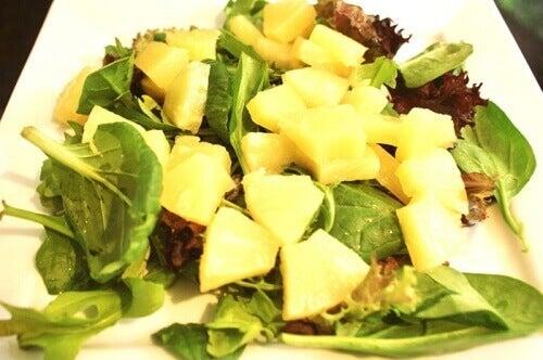 Salade met ananas en spinazie