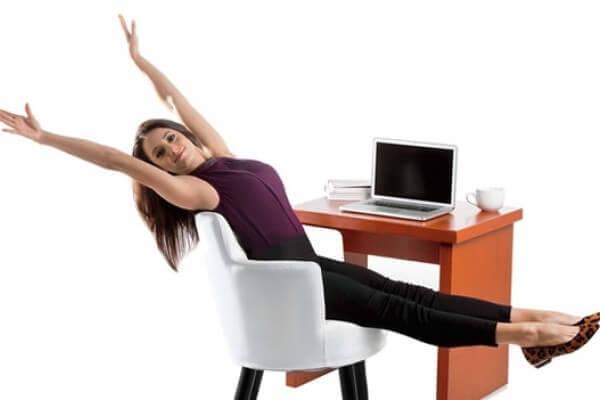 Vrouw die probeert te ontspannen op haar werk