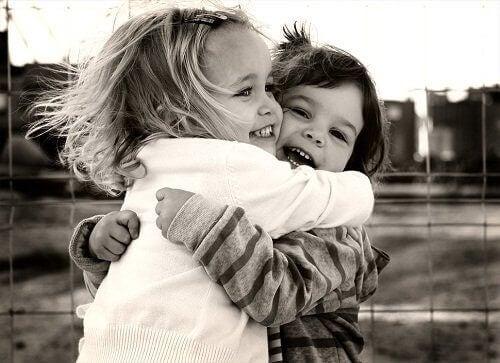 Knuffelende kinderen