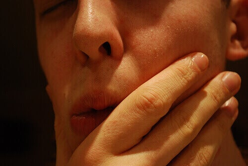 hand houdt mond vast