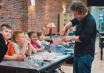 Jamie Oliver legt kinderen uit hoe kipnuggets gemaakt worden