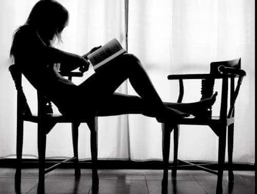 Een vrouw die leest