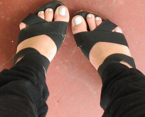 Voeten in zwarte sandalen