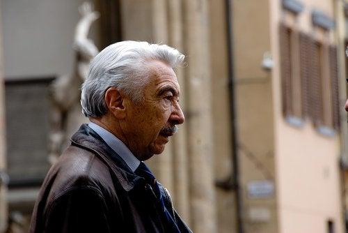 Oude man met grijs haar